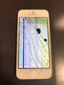 画面が割れて液晶漏れや表示不良が起こっているiPhone5