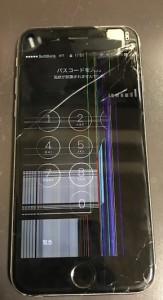 右上が割れ、画面の映りがおかしくなっているiPhone6