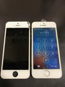 割れたパネルとアイフォン5s