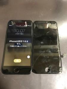 割れて誤作動がおこっている画面と修理後のiPhone7