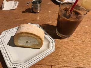 ロールケーキとアイスコーヒー