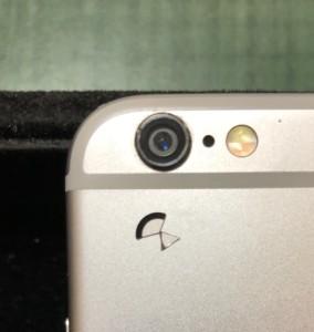 割れたカメラレンズと修理後のカメラ