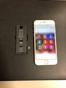 交換前のバッテリーと交換後のiPhone6