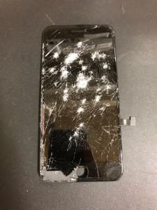 画面全体が酷く損傷しているiPhone7の画面