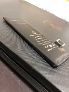 膨張して少し分厚くなっているiPhone5バッテリー