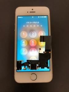 交換したドックコネクタと修理完了後のiPhoneSE
