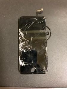 左側が大きく割れているiPhone6sの画面