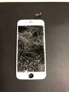 画面全体が細かく割れているiPhone6sの画面