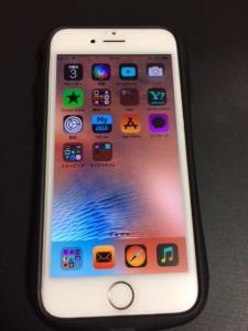 色を反転させた画面のiPhone
