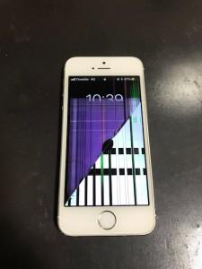 割れに沿って表示がおかしくなったiPhone5sの画面