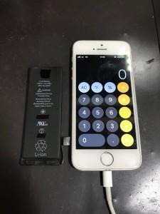 交換したバッテリーと修理後のiPhoneSE