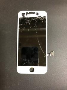上部が大きく破損しているiPhone7の画面