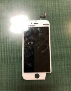右下と内カメラ周辺のパネルが剥がれているiPhone6s画面