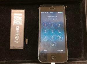 交換したバッテリーと交換後のiPhone5
