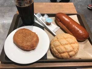 カフェのパンとアイスコーヒー