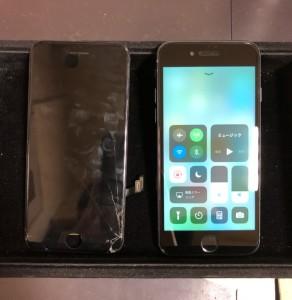 右下が割れた画面と修理後のiPhone8
