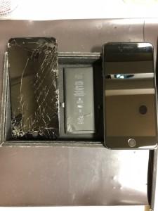 割れたiPhone7Plusの画面と交換後のバッテリー