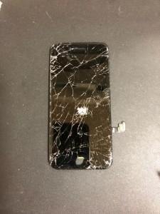 ガラスがバキバキに割れたiPhone7のパネル