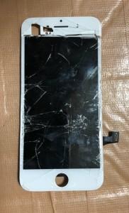 上部分が外れかけているiPhone7の画面