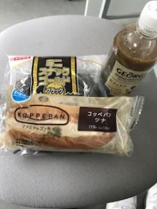 コンビニのパンとアイスコーヒー