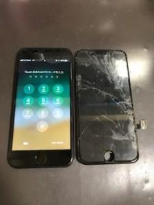 アイフォン7と修理交換後の割れパネル