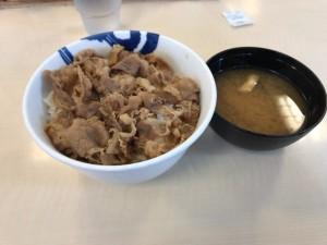 松屋の牛丼と味噌汁