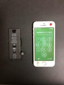 交換したバッテリーと修理後のiPhone5s